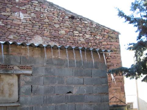 Vista de los hielos en las canaleras de los tejados.