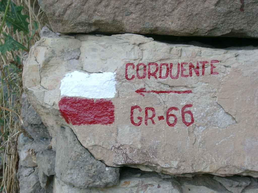 Hito indicando la salida del pueblo para ir a Corduente, cruzando la N 211 dirección Guadalajara,