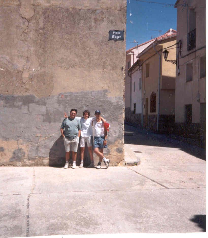 Pulsa aquí para ver ampliada la foto de los tres senderistas: Raquel, Pablo y Goyo